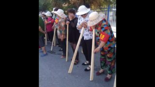 """Cucinare in tenuta antisommossa: ecco la """"vita felice"""" dello Xinjiang"""