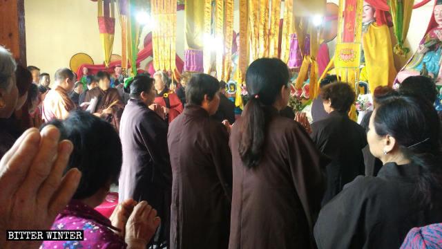 L'abate mentre pubblicizza le politiche del Partito a una riunione di fedeli il 19 maggio