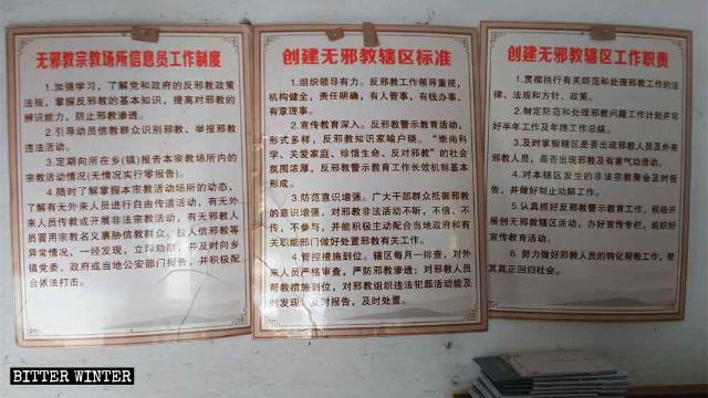 Il poster «Agente dell'informazione sul sistema di lavoro per luoghi di culto liberi dagli xie jiao» esposto nel tempio