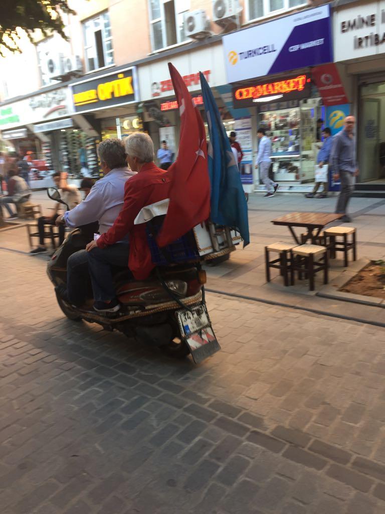 Motociclisti uiguri esibiscono sulle motociclette sia la bandiera turca sia quella del Turkestan