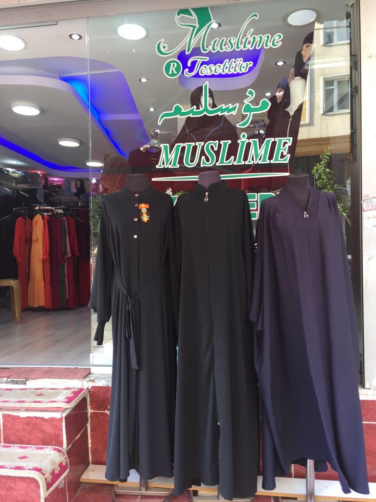 Un negozio di abbigliamento femminile uiguro vende capi di abbigliamento vietati in patria, ma qui le donne sono libere di scegliere