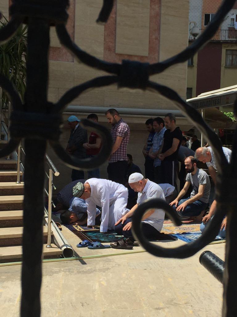 """Uiguri prendono parte alla preghiera del venerdì a Zeytinburnu, un sobborgo di Istanbul. Notare il caratteristico """"dopa"""" ricamato, o zucchetto, indossato dallo uiguro sulla prima fila a sinistra. Qui sono liberi di pregare mentre ai loro fratelli a casa è vietato frequentare le moschee e molti sono stati internati per averlo fatto"""