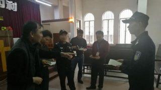 Funzionari di polizia e dell'Ufficio per gli affari religiosi ispezionano un luogo di culto