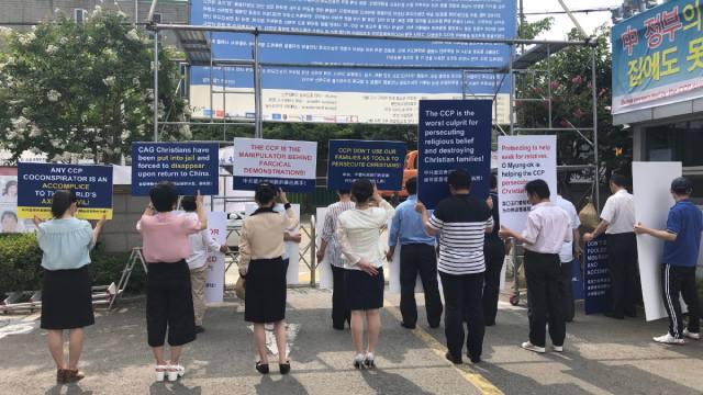 Striscioni appesi davanti all'ingresso della sede della CDO