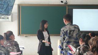 Un'insegnante durante una lezione nello Xinjiang