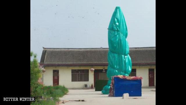 Le statue buddhiste coperte di stoffa