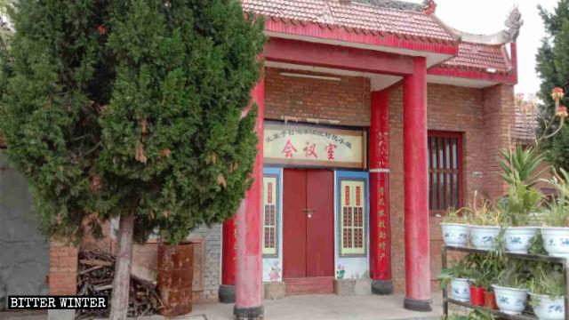 Le statue del tempio Guan Di nel villaggio di Beizhaizi sono state ricoperte ed è stato affisso un cartello con la scritta: «Sala riunioni del gruppo del villaggio»