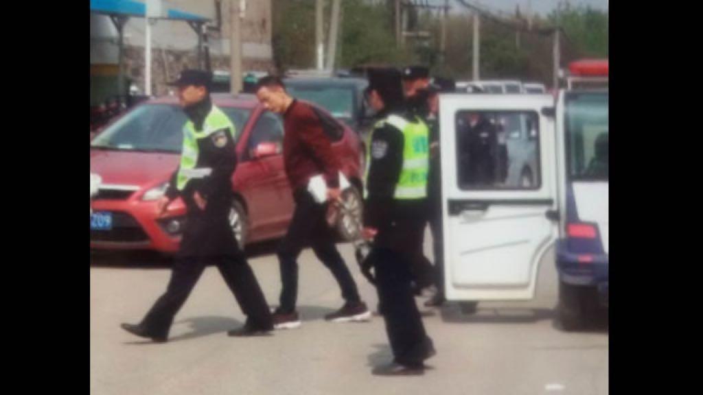 Un fedele della chiesa è stato portato via dalla polizia per aver distribuito volantini sul vangelo (foto WeChat)