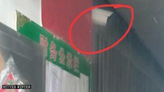 Una telecamera di sorveglianza è stata installata fuori da una chiesa delle tre Autonomie nella città di Gao'an