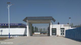 """Benvenuti nella """"libertà"""": l'ingresso all'area del campo di Yining, dove i detenuti dovrebbero lavorare in sei fabbriche"""