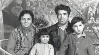 Chanisheff (a sinistra), suo marito Latif e i loro figli Kafiya e Azat, in una fotografia scattata in tempi più felici