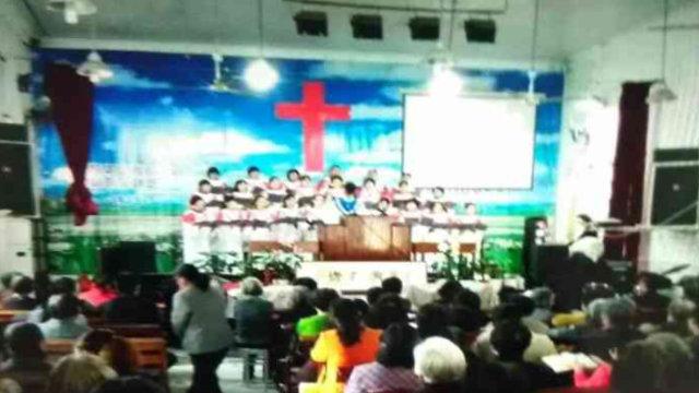 Prima della demolizione i fedeli si sono radunati fuori dalla chiesa