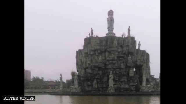 L'isola della Guanyin nel tempio Wanfo, nel Fujian, prima di essere coperta per ordine del governo