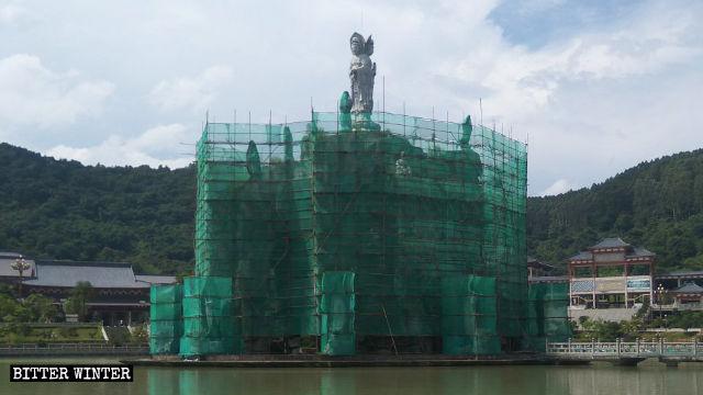 L'Isola della Guanyin è stata avvolta in una rete di sicurezza verde