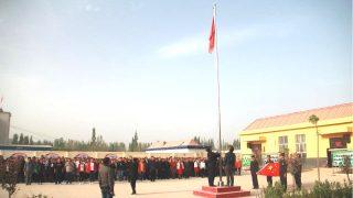 The persone in a località in Xinjiang sono organizzato alzabandiera cerimonia