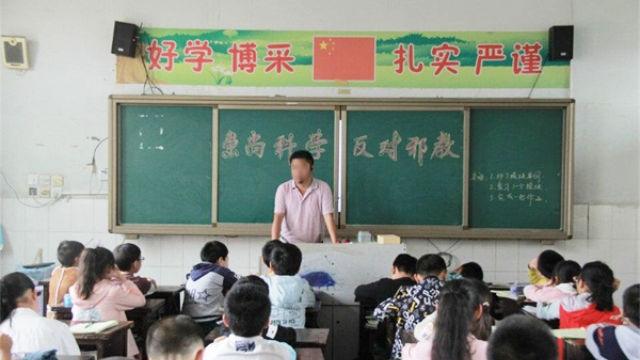 Una riunione di classe della scuola elementare a proposito della lotta contro gli xie jiao