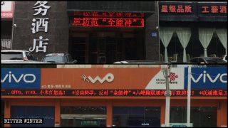 Gli slogan propagandistici contro la CDO vengono continuamente visualizzati sugli schermi a LED dei negozi