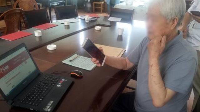 Per i membri del Partito Comunista anziani, l'uso dell'applet è difficile e spesso si fanno aiutare dai giovani