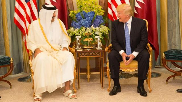Il sovrano del Qatar, l'emiro Tamim bin Hamad Al Thani, con il presidente degli Stati Uniti d'America Donald Trump