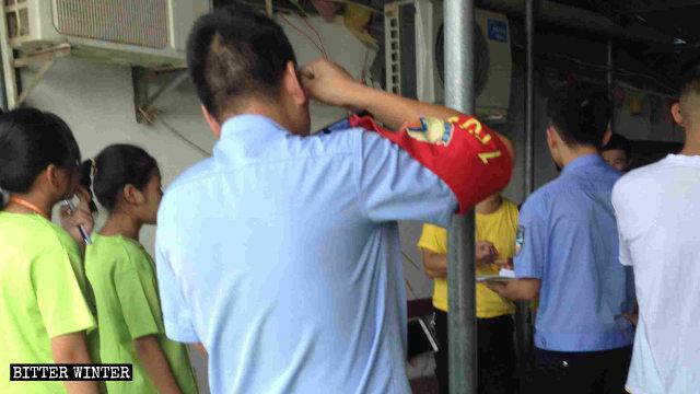 I funzionari hanno fatto irruzione mentre si svolgeva un campo estivo organizzato da una chiesa di Lushan, una città nella provincia dello Jiangxi