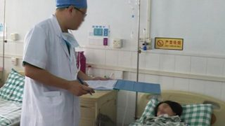 A medico è interrogatorio a paziente