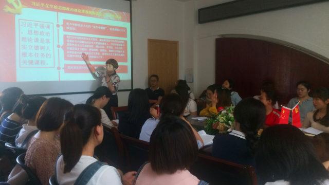 Gli insegnanti di una scuola materna nella città di Fuzhou studiano uno dei discorsi che Xi Jinping ha tenuto alconvegno per gli insegnanti di teoria ideologica e politica