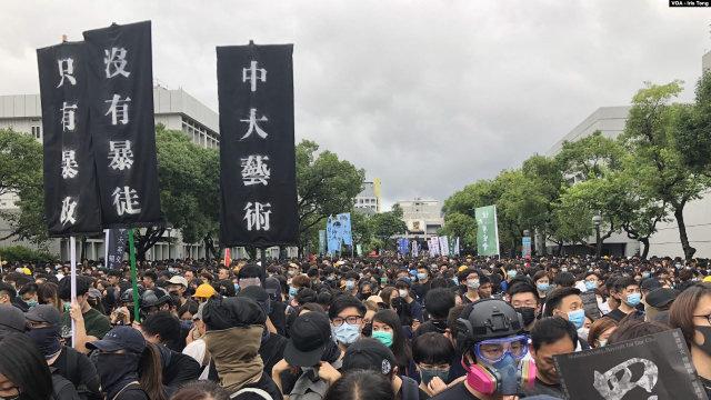 Un'assemblea di studenti dimostranti all'ingresso dell'Università cinese di Hong Kong il 2 settembre (Foto di VOA/Iris Tong)