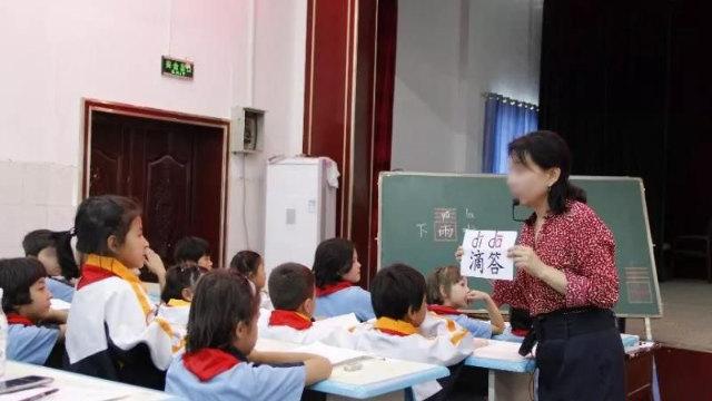 Un insegnante insegna cinese in una scuola elementare nello Xinjiang