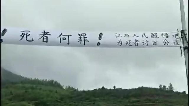 Gli abitanti del villaggio hanno organizzato una protesta spontanea per impedire all'amministrazione di aprire le tombe e prendere i cadaveri