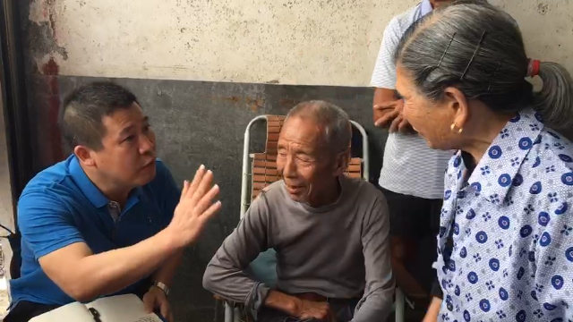 Un funzionario dell'amministrazione tratta con gli abitanti del villaggio in merito alle sepolture