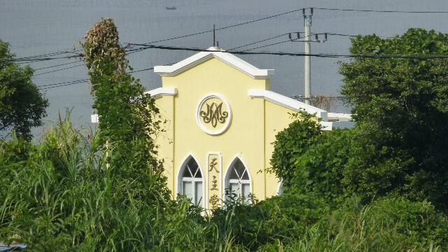 Una chiesa cattolica sulla strada costiera vicina