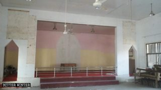 La croce della chiesa è stata smantellata e i simboli religiosi sono stati rimossi