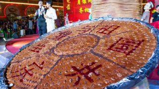 L'enorme nang, pronto per celebrare l'anniversario del comunismo