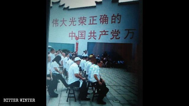 Lunga vita al grande, glorioso e onesto Partito Comunista Cinese