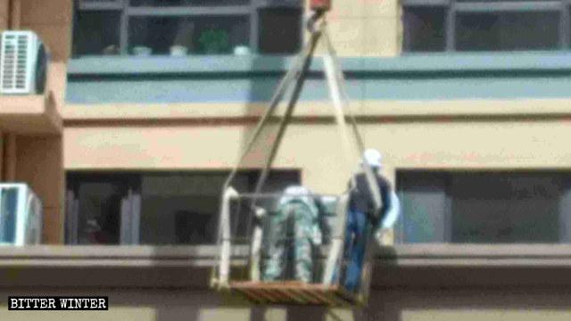 Lavoratori smontaggio satellite antenne