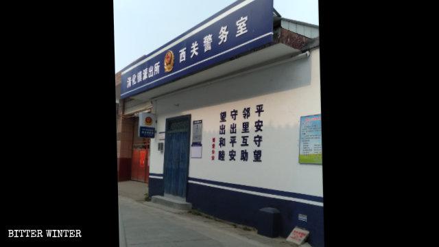 Ufficio della polizia allestito nei pressi di una moschea nel villaggio di Xiguan