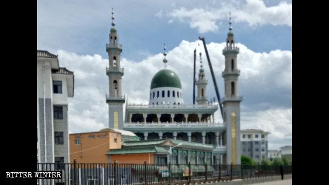 I simboli islamici sono stati rimossi dalla Grande moschea Shaanxi a Guyuan