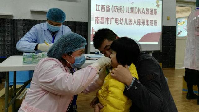 Sito per la raccolta dei campioni di DNA nella scuola materna Guangdian a Nanchang, la capitale dello Jiangxi