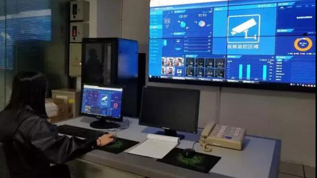 Sala di controllo di una «comunità residenziale intelligente» a Tongren, una città nella provincia del Guizhou, dove sono state installate oltre sessanta telecamere di sorveglianza