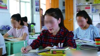 """I ragazzi dello Xinjiang mandati nelle scuole dell'entroterra per essere """"sinizzati"""""""