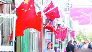 Xinjiang strada piena di bandiere