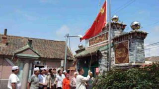I musulmani che frequentano una moschea situata nella provincia del Liaoning sono costretti a organizzare cerimonie per l'alzabandiera