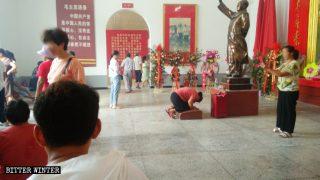 Preghiera nella Sala commemorativa di Mao Zedong nel distretto Liangyuan della città di Shangqiu