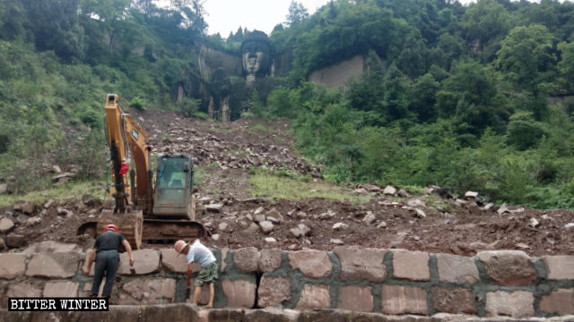Gli operai edili durante la costruzione del muro di contenimento in preparazione della copertura della statua del Buddha