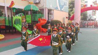 Cerimonia dell'alza bandiera in un asilo nella provincia dello Jiangxi