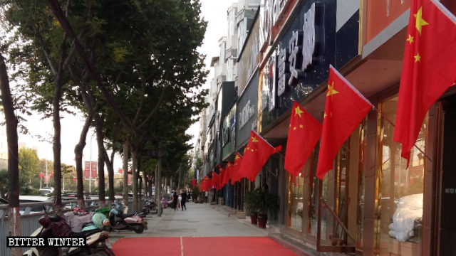 Bandiere esposte nelle strade in vista della Festa nazionale