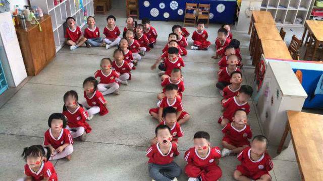 In vista della Festa nazionale i bambini di un asilo nella provincia dello Jiangxi sono stati addestrati a formare il numero 70