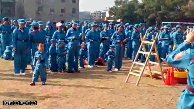 """A genitori e figli è stato chiesto di indossare uniformi militari per partecipare alla """"Marcia dell'Esercito rosso"""""""