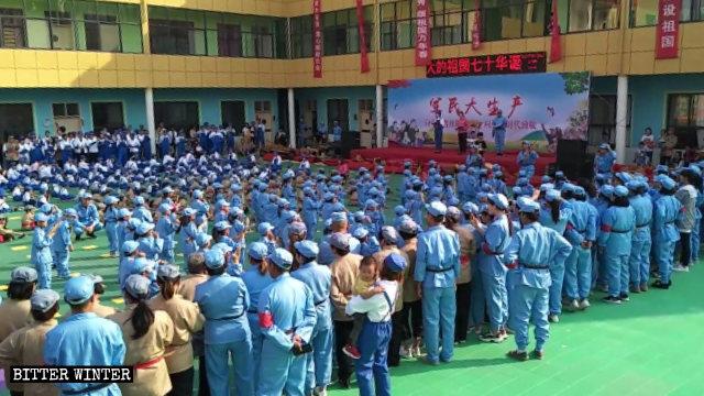 Il 29 settembre bambini e genitori di un asilo nella città di Changge nell'Henan hanno dovuto partecipare alle attività patriottiche genitore-figlio