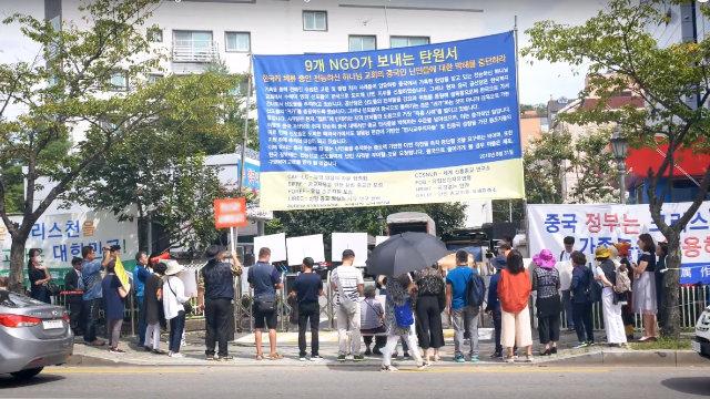 """Organizzati dal PCC, parenti di fedeli della CDO e manifestanti """"di professione"""" protestano all'ingresso dei locali della Chiesa a Seoul"""